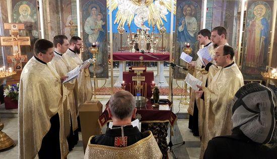 Священники-помічники з настоятелями під час звершення Таїнства Соборування в 2018 році